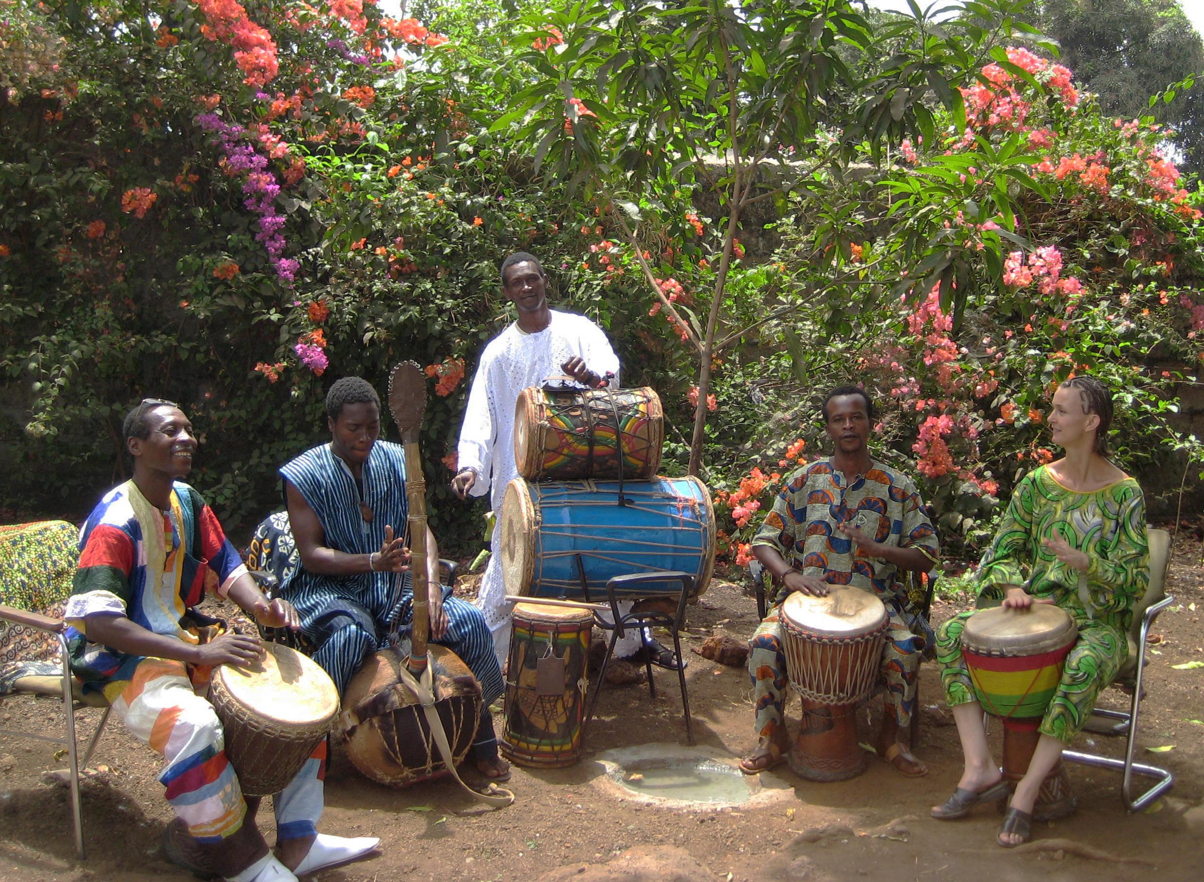 muzikanten Guinee in tuin van het Muziekcentrum